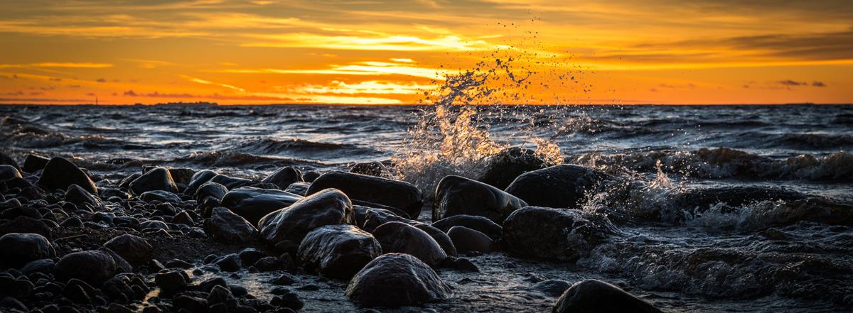 Ola contra las rocas